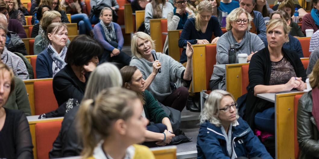 Administrativt ansatte ved Høgskolen i Oslo og Akershus møtte opp i hopetall på allmøte om slanking av administrasjonen. Anne Thorsen (i midten) fra Samfunnsviterne stiller spørsmål om måten HiOA teller administrativt ansattepå. Foto: Ketil Blom Haugstulen