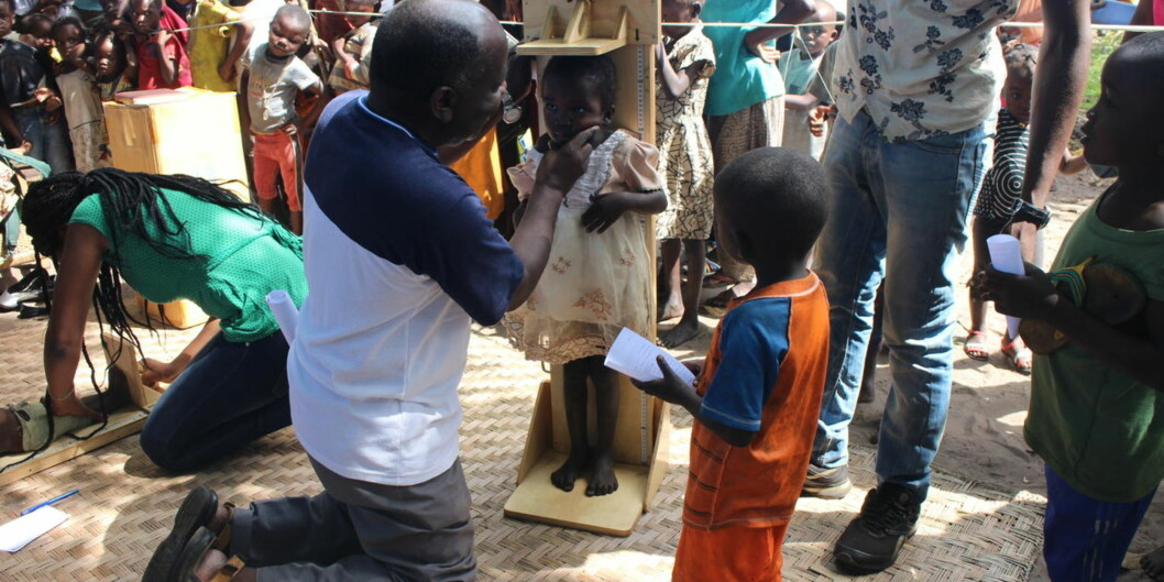 Mor og barn-helse i fattige land er et av temaene man kan studere nærmere i masterprogrammet global helse på Universiteteti Bergen. Feltarbeid i disse landene utgjør en sentral del av studiet. Her måles høyden på en jente i Kongo. Foto: Thorkild Tylleskär/UiB