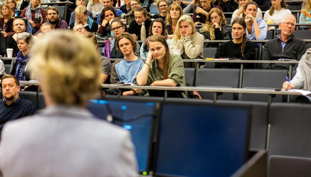 Det ble amper stemning i auditoriet på Psykologisk institutt ved Universitetet i Oslo da universitetsdirektør Gunn-Elin Aa. Bjørneboe (med ryggen til) skulle forklare hvorfor studentklinikkene ble stengt på dagen. Foto: Ketil BlomHaugstulen