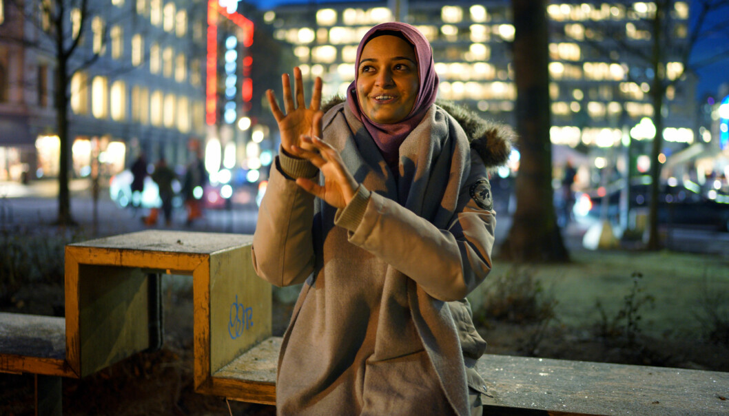 Høgskolen i Oslo og Akershus ønsker å utvide sitt tilbud innen tegnspråk. Her er Lubna Mehdi som ble kåret til «Årets forbilde 2016 » for sitt engasjement blant annet for døve barn. Hun studerer tegnspråk og tolking vedHiOA. Foto: Ketil Blom Haugstulen