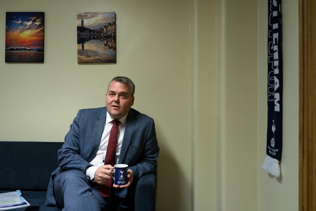 Roy Steffensen (FrP), leder i Utdanningskomiteen 2017-2021. Bildene tatt på kontoret hans på Stortinget. Foto: David Engmo