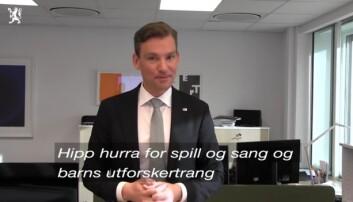 Statsrådsvikar Henrik Aasheim svarte på kritikken med en videoinnspilt sang i 2017.