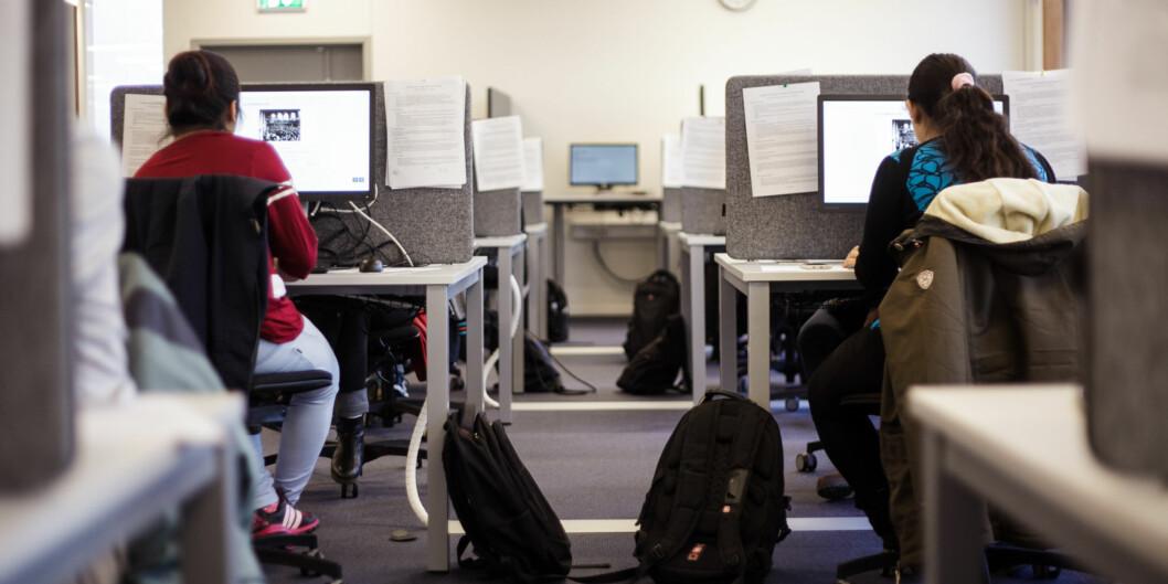 Studenter blir generelt litt snillere bedømt av egen institusjon. Kontrollkommisjonen i Universitets- og høgskoleråder er i snitt litt strengere på de tre fagområder som er testet ut på humanistiske fag. Foto: NicklasKnudsen