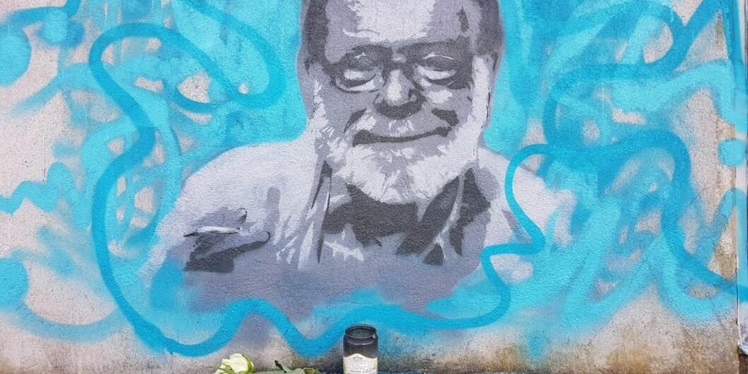 Gatekunstnaren Thomas Samsonsen har malt biletet av Frank Aarebrot bak Studentsenteret i Bergen. Foto: DagHellesund