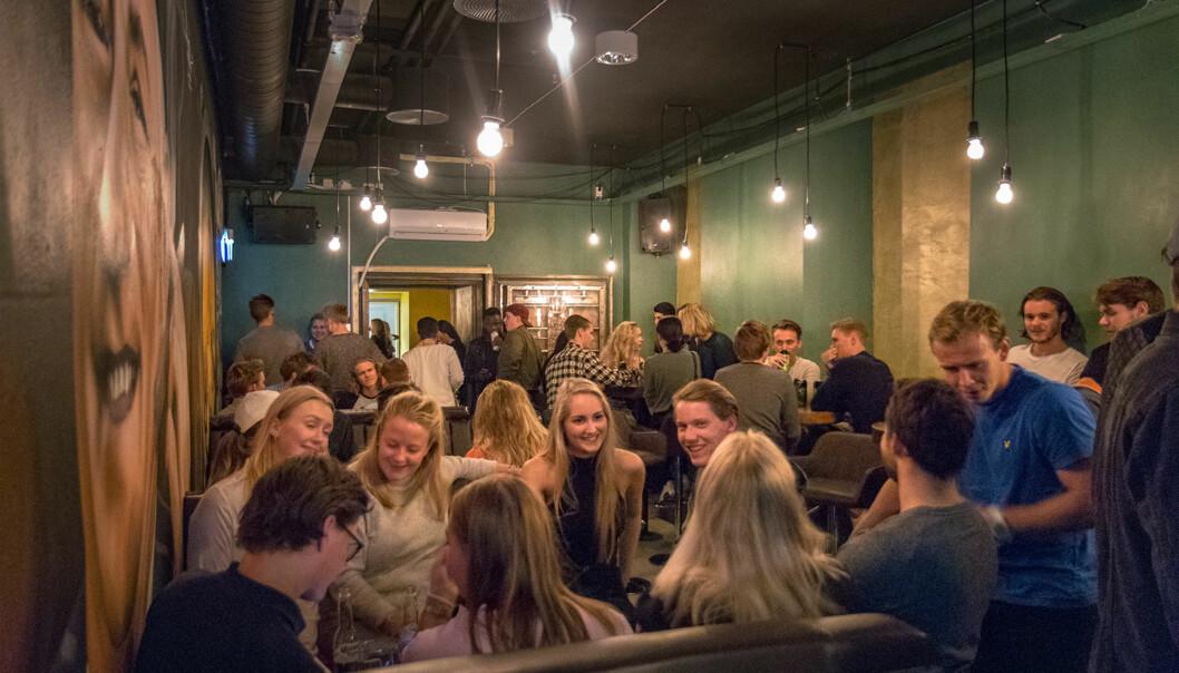 På Hvelvet studentpub er det høy musikk, prat og dans hver torsdag. Styret til puben er fornøyd med at de nye lokalene nå fylles opp hveruke.