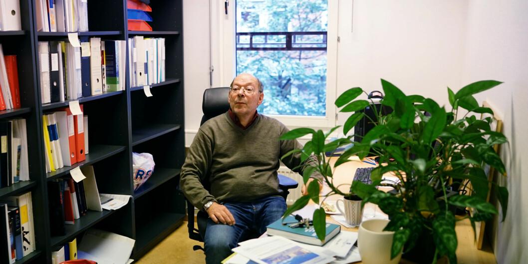 "Førsteamanuensis dr. juris Jens Petter Berg på kontoret han karakteriserer som ""tørkeloftet"". Foto: Ketil Blom Haugstulen"