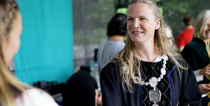 Rektor Mari Sundli Tveit tar imot nye studenter til NMBU ved studiestart 2017. Foto: Ketil Blom Haugstulen