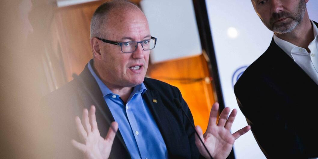 """Rektor Gunnar Bovim ved <span class=""""caps"""">NTNU</span> kommer med råd som skal hjelpe politikere som Trond Giske (Ap) å ta kunnskapsbaserte beslutninger, her er de ombord på <span class=""""caps"""">MS</span> Sandnes iArendal."""
