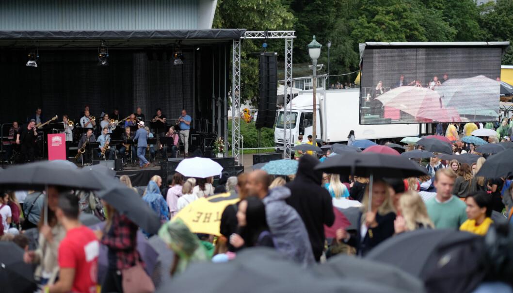 Det regnet da Høgskolen i Oslo og Akershus hadde sin åpningseremoni for nye studenter på St. Hanshaugen i år. Karoline Skarstein skriver om presset rundt det å være førsteårs student. Foto: Ketil Blom Haugstulen