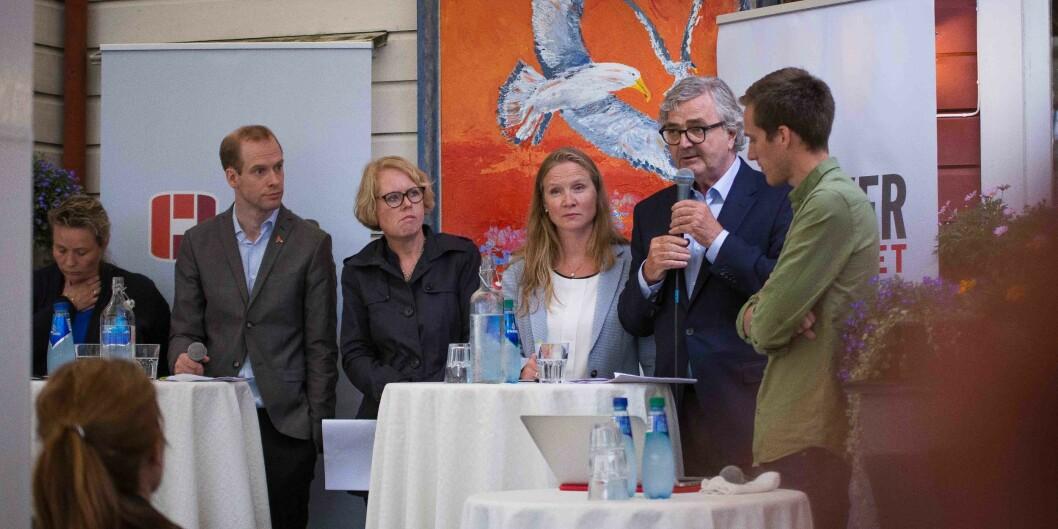 """Debatt arrangert av Forskerforbundet. Fra venstre: Lill Harriet Sandaune (FrP), Jan Mangnus Aronsen (akademiet for yngre forskere), Marianne Aasen (Ap), Mari Sundli Tveit (rektor <span class=""""caps"""">NMBU</span>), Petter Aaslestad (leder forskerforbundet), Ola Rydje(debattleder). Foto: Siri Øverland Eriksen"""
