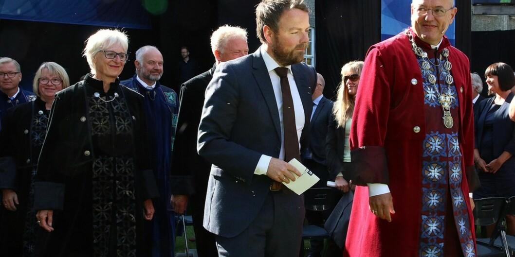 """I 2015 var kunnskapsminister Torbjørn Røe Isaksen med på studiestart ved <span class=""""caps"""">NTNU</span>, her sammen med rektor Gunnar Bovim. I år skal han til Lillehammer, Hamar, Kongsberg, Ringerike og Alta. Foto: <span class=""""caps"""">NTNU</span>"""