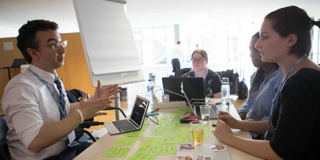 HiOA-studentene Anne Igeltjørn, Dendembo Diallo og Dasha Krivonos med førsteamanuensis og mentor George AnthonyGiannoumis på Hackathon - Hack for Health. Foto:Privat