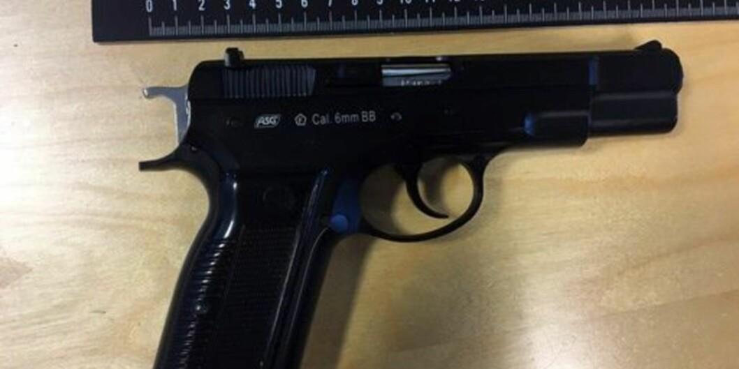 Høgskolelektoren hadde denne luftpistolen på seg da han ble arrestert sist søndag. Foto:Politiet