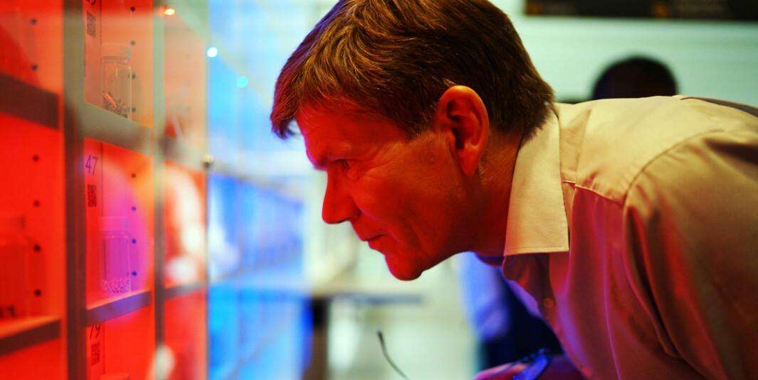Svein Stølen, UiO-rektor, frykter konsekvensene dersom Statsbygg overtar byggene til universitetet. Her kikker han på periodesystemet lagt inn i IKEA-reoler ved Kjemisk institutt på Blindern.