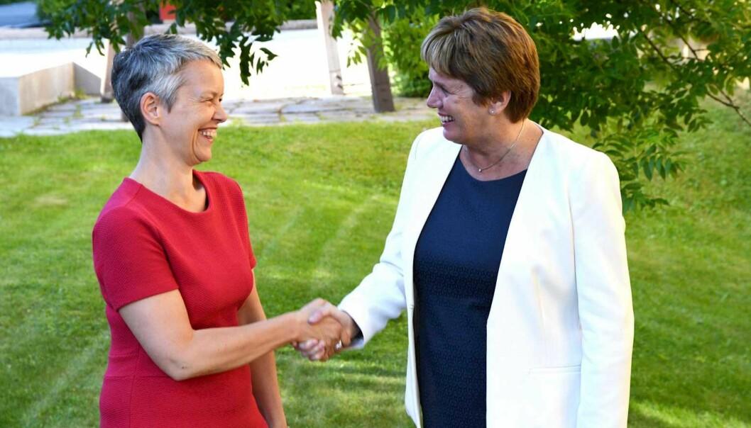 Rektor ved VID Vitenskapelige Høgskole, Ingunn Moser, ønsker rektor ved Diakonova Kari Gran Bøe, velkommen til VID.