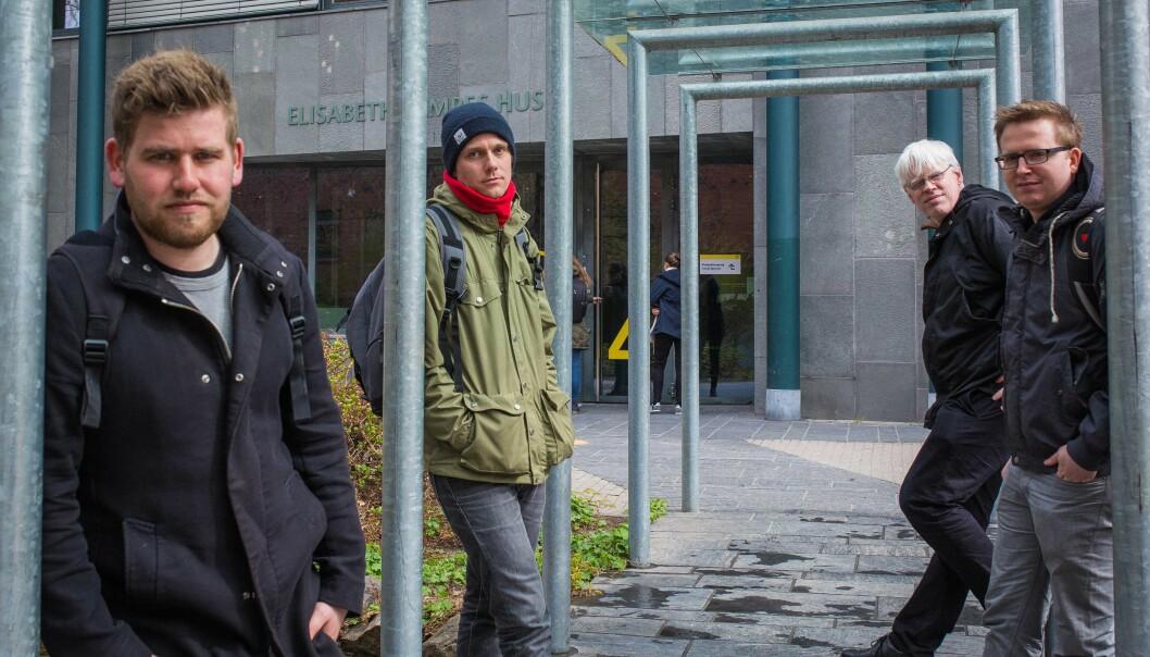 Fra venstre: HiOA-studentene Håkon Råen, Stian Reistad Røgeberg, veileder og professor Frode Eika Sandnes (bak) og studentJon Martin Skranes har utviklet en ny søketjeneste etter MultiRank-systemet, basert på informasjonen i forskningsdatabasenCristin.