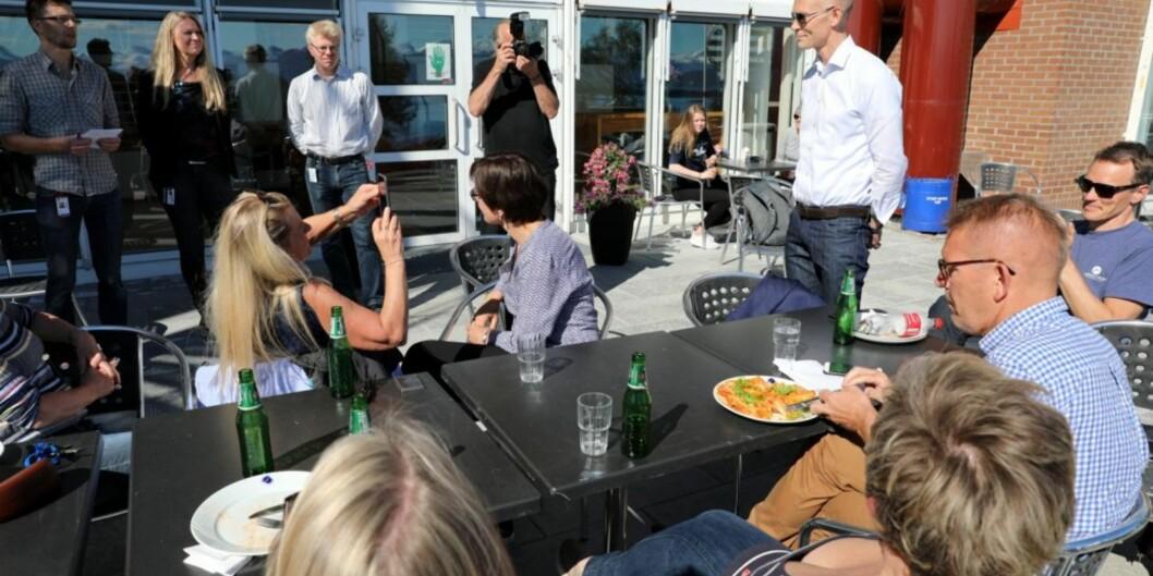 Påtroppende rektor på Høgskolen i Molde, Steinar Kristoffersen (stående med solbriller og hvitskjorte).