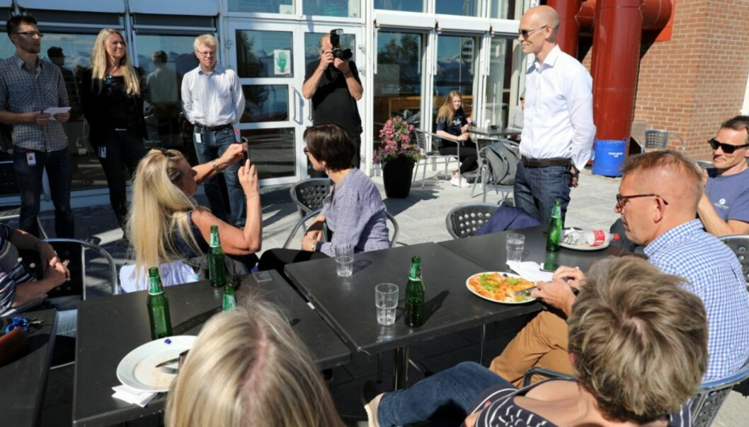 Førsteamanuensis Steinar Kristoffersen, (i hvit skjorte t.h) vant rektorvalget ved Høgskolen i Molde i andrevalgrunde.