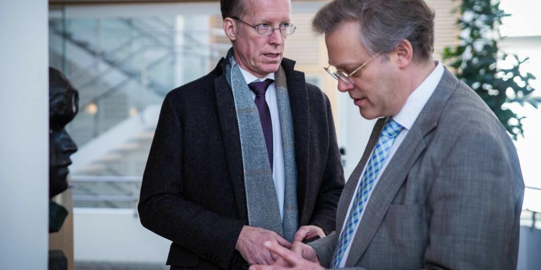 """I februar overleverte rektor Curt Rice ved Høgskolen i Oslo og Akershus sin søknad om å bli universitet til avdelingsdirektør i <span class=""""caps"""">NOKUT</span>, Øystein Lund (t.h.). Verken Rice eller rektor på Høgskolen i Sørøst-Norge er fornøyd med framdriften til <span class=""""caps"""">NOKUT</span> i dennesaken."""