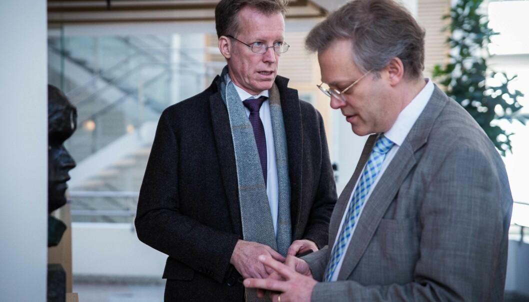 I februar overleverte rektor Curt Rice ved Høgskolen i Oslo og Akershus sin søknad om å bli universitet til avdelingsdirektør i NOKUT, Øystein Lund (t.h.). Verken Rice eller rektor på Høgskolen i Sørøst-Norge er fornøyd med framdriften til NOKUT i dennesaken.