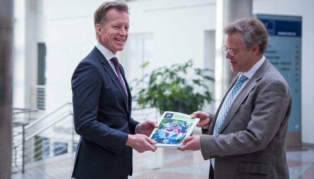 Rektor på Høgskolen i Oslo og Akershus, Curt Rice, overleverer sin søknad om å bli universitet til tilsynsdirektør Øystein Lund i NOKUT.