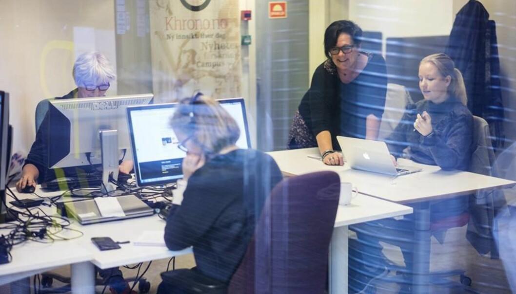 Khronos redaksjon har nettopp flyttet inn i nyoppussede lokaler i Pilestredet. F.v. journalist/produsent Eva Tønnessen, redaktør Tove Lie (stående), tidligere studentreporter Karen Setten og journalist Hege Larsen (med ryggen til). Foto: KetilBlom