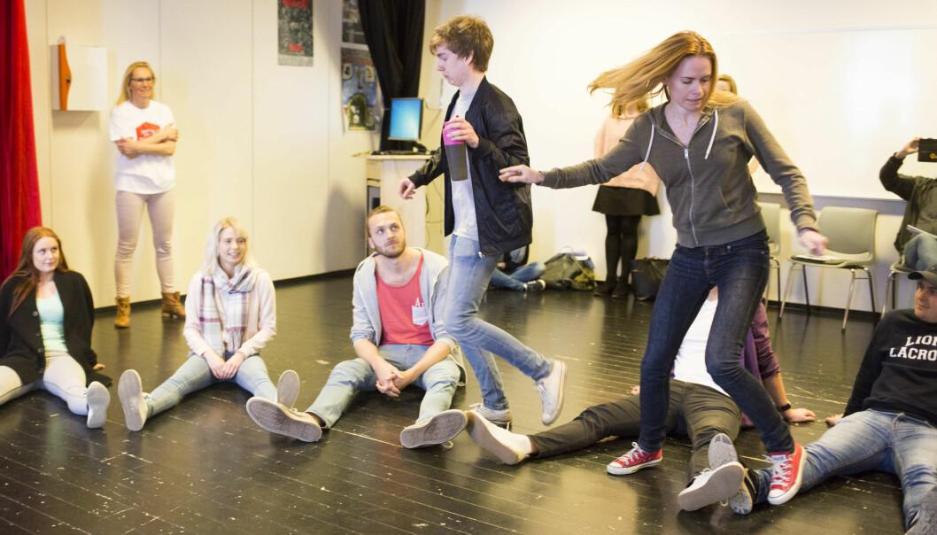 Lærerstudenter med norsk som spesialfag ved Høgskolen i Oslo og Akershus får prøvd seg på estetiske læringsformer. Foto: ØyvindAukrust