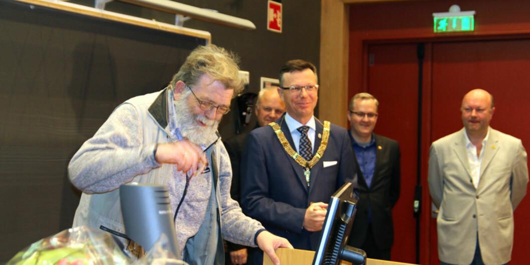 Rektor Dag Rune Olsen overraska Frank Aarebrot med blomar og lovord under det som Aarebrot sjølv håper ikkje er den siste forelesinga hans veduniversitetet.