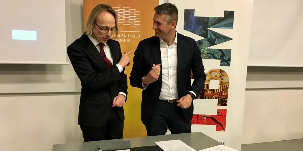 """Prorektor ved HiOA, Morten Irgens (t.v.) og administrerende direktør i <span class=""""caps"""">IBM</span> Norge, Arne Norheim, signerer samarbeidsavtale om «Watson». Foto: ØysteinFimland"""