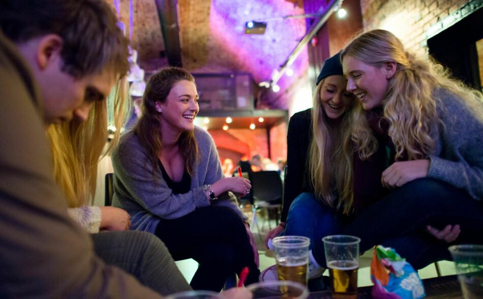 Tidligere studenter som tar noen øl på quiz på Samfunnet Bislet på OsloMet— Norges billigste for studenter. Arkivfoto: Skjalg Bøhmer Vold
