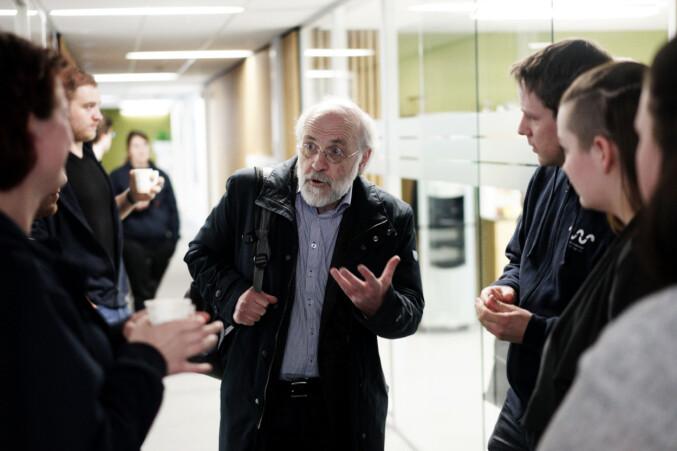 Rektor Petter Aasen diskuterer med tillitsvalgte studenter etter mistillitsmøtet i studentdemokratiet i mars 2017. Foto: Ketil Blom Haugstulen