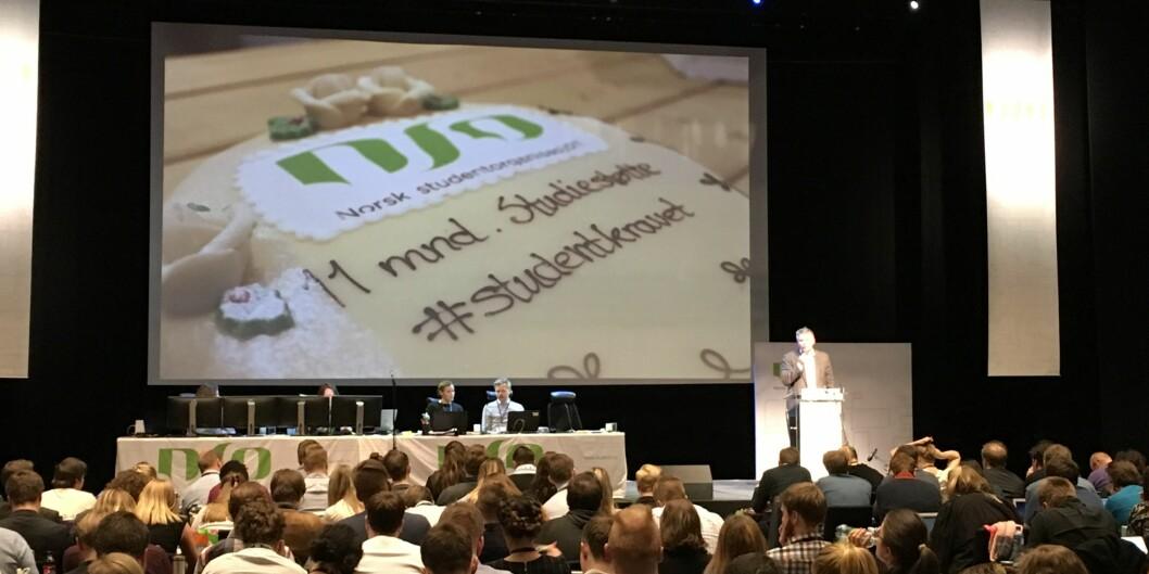 Statssekretær Bjørn Haugstad snakker om 11 måneders studiestøtte på landsmøtet i Norsk studentorganisasjon. Foto: ØysteinFimland