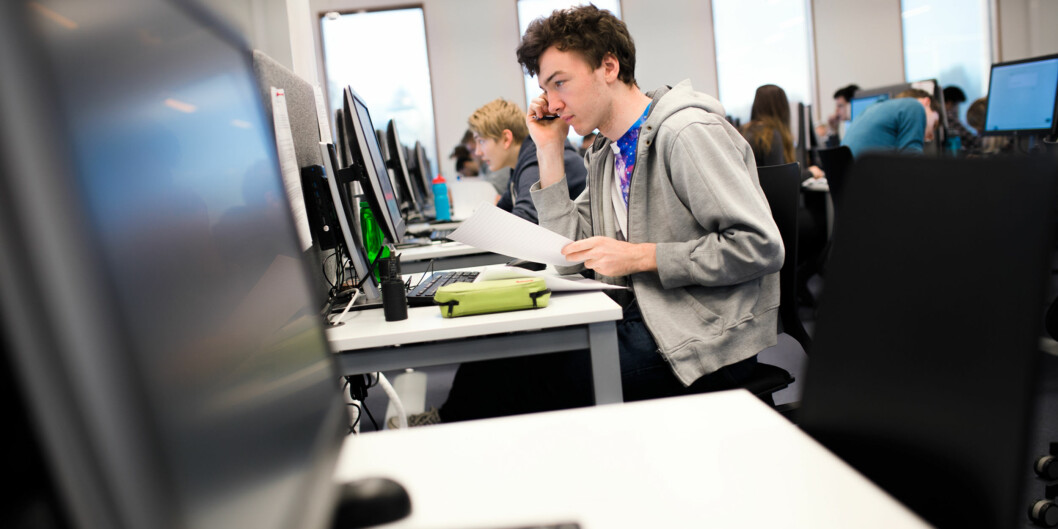 Bedre sensur vil kreve mer ressurser av institusjonene. Hvem skal betale for det, spør Unio-studentene. Illustrasjonsfoto fra en digital eksamen våren 2017. Foto: Henriette Dæhli