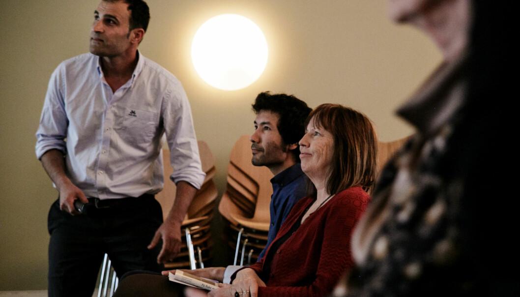 Professor ved Institutt for journalistikk og mediefag på Høgskolen i Oslo og Akershus,Elisabeth Eide, presenterer til sammen atten menneskers historier om å flykte med mobiltelefon, sammen med medforfatterne Amin Senatorzade (venstre) ogAfshin Ismaeli(høyre). Foto: Nicklas Knudsen