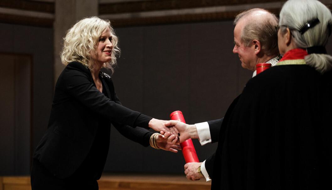 Ingrid M. Tolstad ble sammen med andre kandidater kreert som doktor av UiO-rektor Ole Petter Ottersen i Universitetets aula17.mars. Foto: Nicklas Knudsen