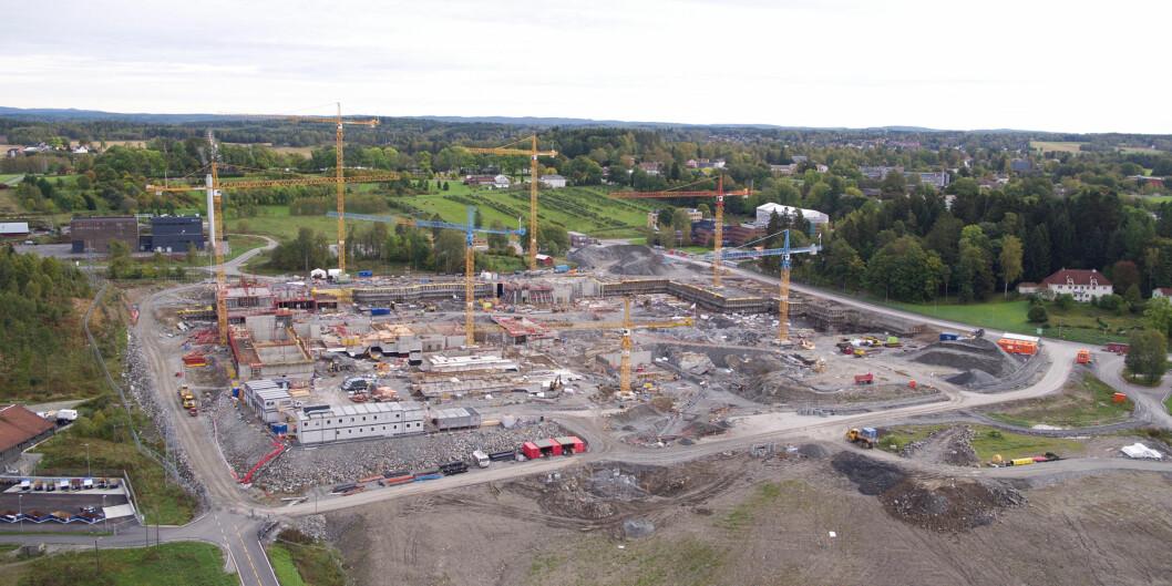"""Sju store kraner står i byggegropa på <span class=""""caps"""">NMBU</span>s campus i Ås, der det største byggeprosjektet i sitt slag noensinne i universitets- og høgskolesektoren pågår.Kostnadsberegnet til 7,5 mrd kroner. Foto:Statsbygg"""
