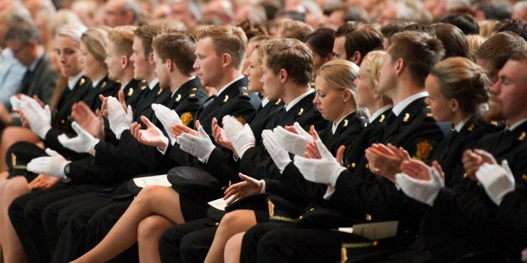Dette bildet er fra en avslutning for uteksaminerte politistudenter i Rådhuset i Oslo. I 2017-budsjettet er det bevilget mer penger til nyutdannende studenter. Foto: Sturlason /Politihøgskolen