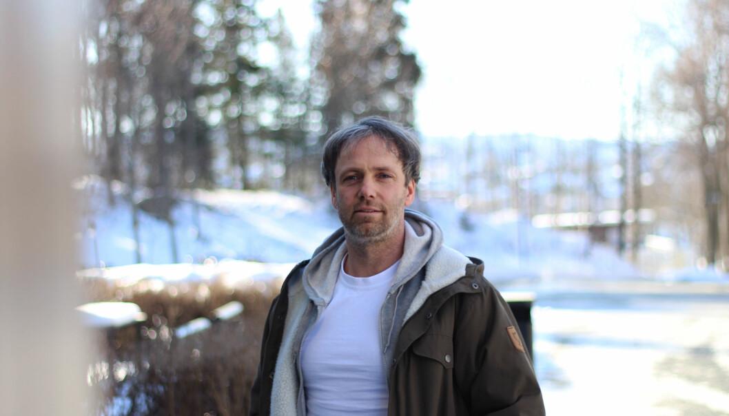 Tillitsvalgt Tore Kristian Aune tror arbeidsvilkårene for de ansatte vil bli den neste kampen i fusjonsprosessen ved Nord universitet. Han forteller at flere ansatte er redd for at de får mindre forskningstid fordi det blir kamp om midlene. Foto: KarenSetten