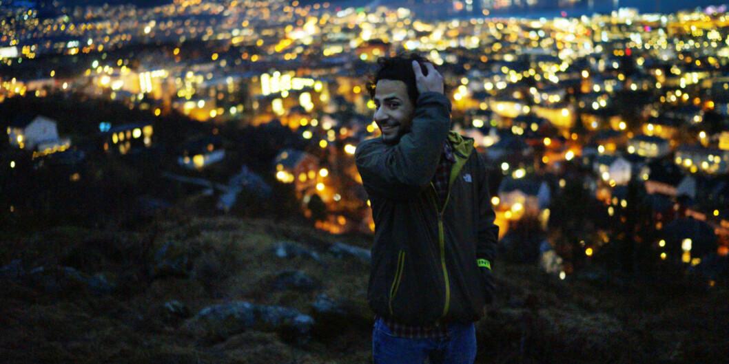 """Pranab Dhakal fra Nepal på toppen av Kuhaugen i Trondheim. Pranab tar master i planlegging av vannkraftutbygging ved <span class=""""caps"""">NTNU</span>, og kom inn på studiet takket være en ressurssterk far - til tross for at utdanningen ergratis. Foto: Ketil Blom Haugstulen"""