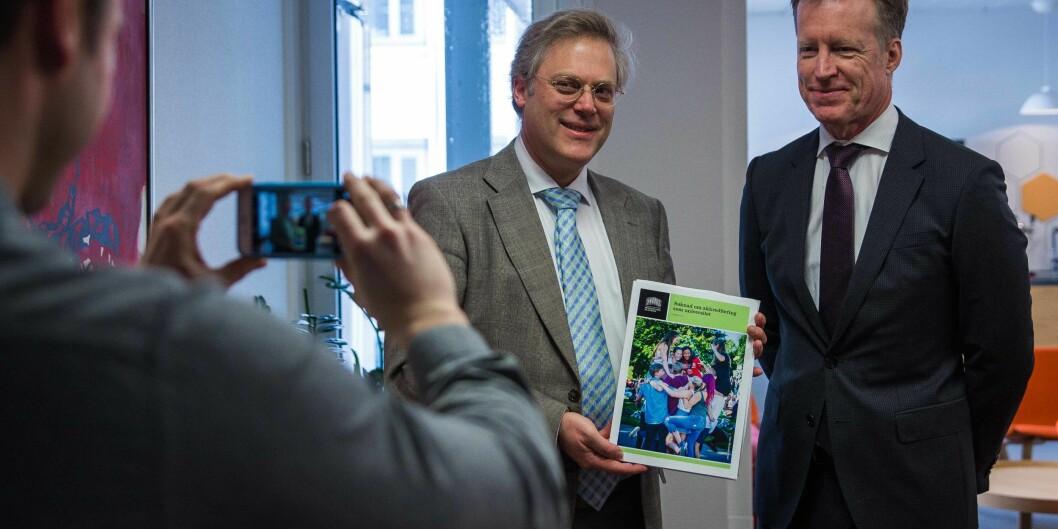 "Rektor ved Høgskolen i Oslo og Akershus, Curt Rice, overleverte universitetssøknad til <span class=""caps"">NOKUT</span> ved tilsynsdirektør ØysteinLund."