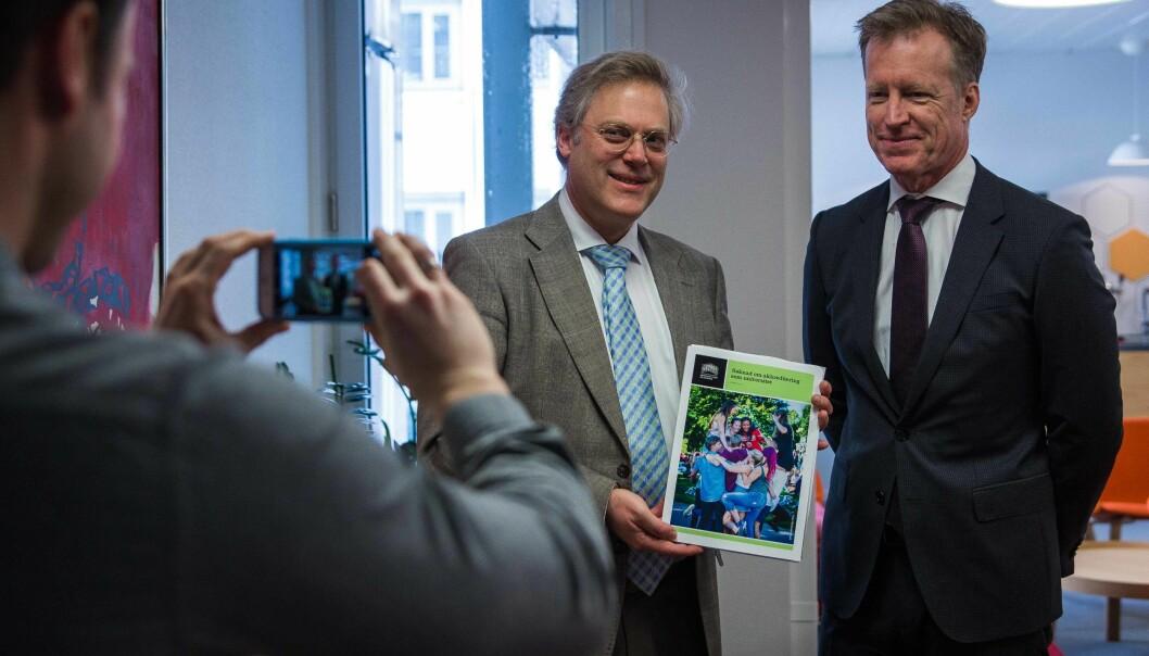 Rektor ved Høgskolen i Oslo og Akershus, Curt Rice, overleverte universitetssøknad til NOKUT ved tilsynsdirektør ØysteinLund.