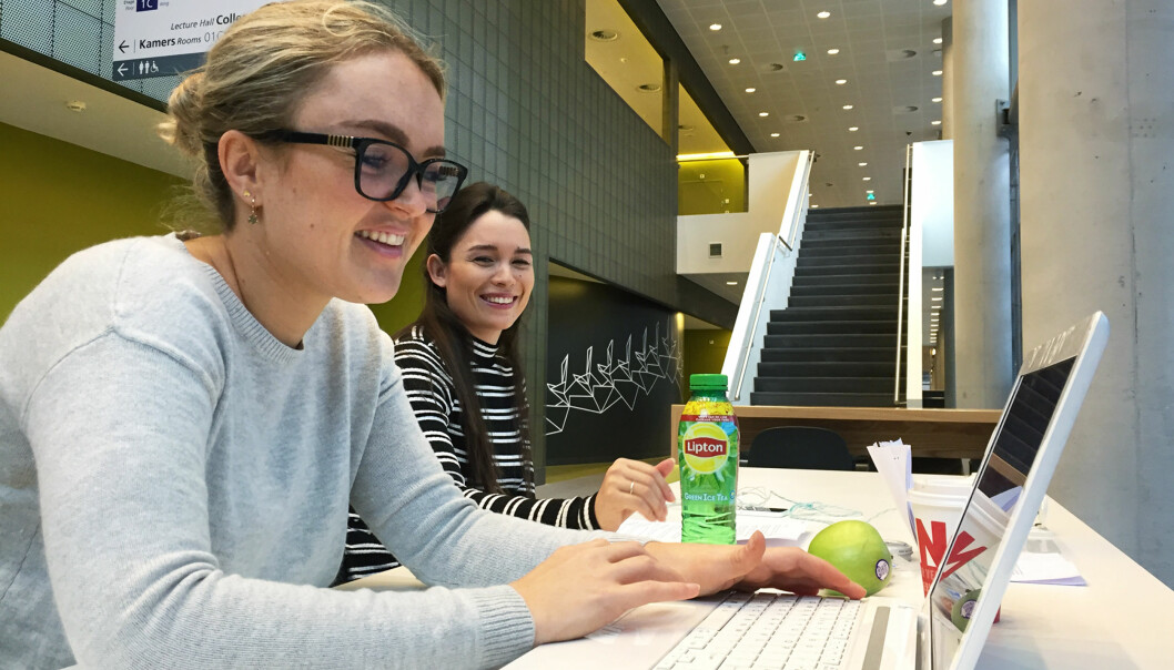 Suzanne Karel (22) og Rosalie Aldana (24), tar en yrkesrettet bachelorutdanning på Høgskolen i Amsterdam. De savner forelesere som er gode til å fomidle. Foto: AnneLindholm