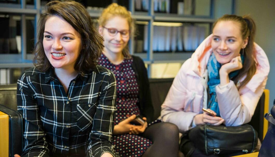 — Mye av problemstillingene vi diskuterer handler om undervisning, og hvordan det er å undervise i et mangfoldig klasserom, forteller Kamila Gainulina (venstre). Sammen med blant annet Laura Tuomainen og Anastasiia Komarova er hun en av de utenlandske studentene som lærer om mangfold i undervisningen påHiOA. Foto: Siri Øverland Eriksen