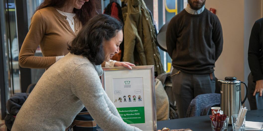 Nasjonal kampanjeleder i Verdensdagen for psykisk helse, Le Hang Duong, delte ut prisen til SiO Helse-leder Kari Jussie Lønning påPilestredet.