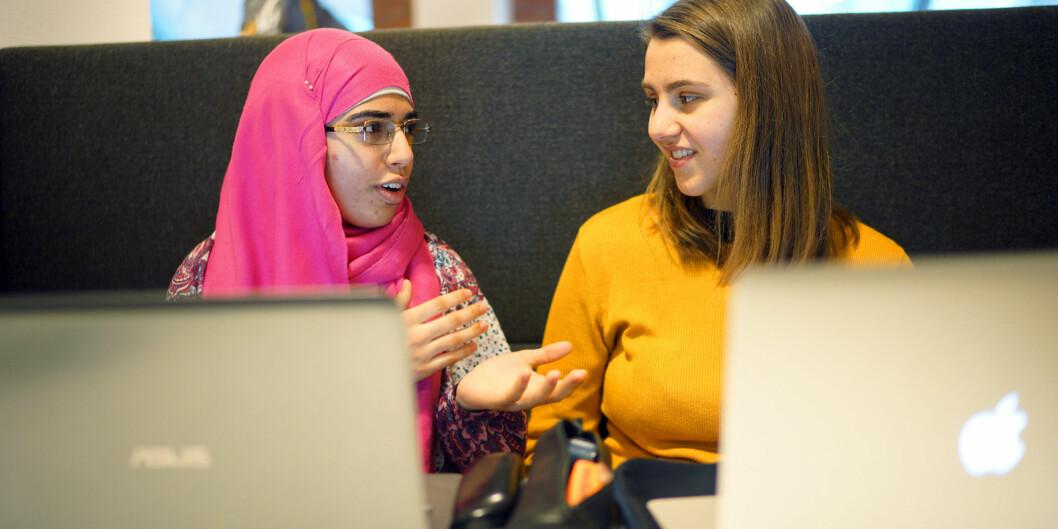 """Taiba Yousaf (20) og Katrina Mæland (23) studerer sosialt arbeid ved Høgskolen i Oslo og Akershus. De støtter <span class=""""caps"""">NOKUT</span>s forslag om mer vitenskapelige artikler påpensum."""