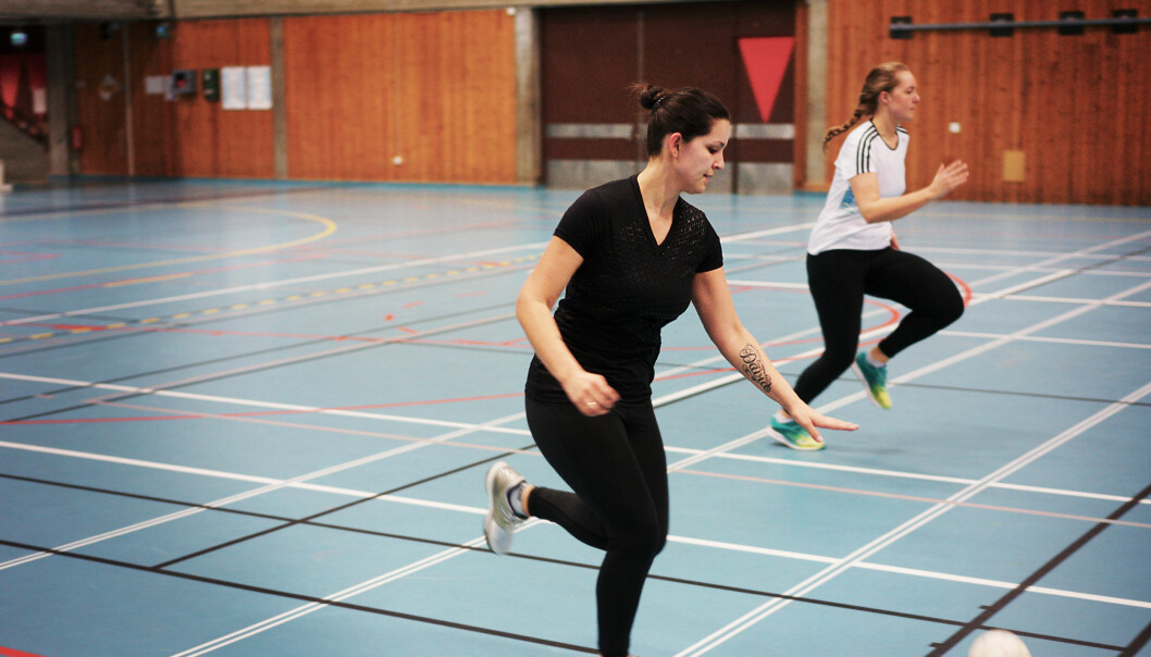 Student ved Norges idrettshøgskole Marita Larrain varmer opp før forelesningen i idrettsbiologi. Foto: KetilBlom