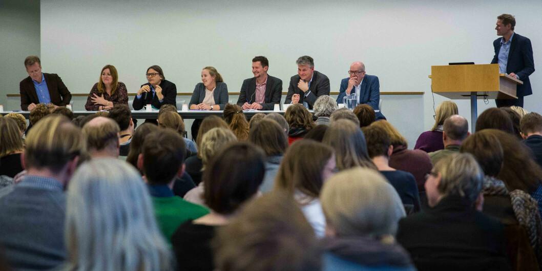 "Paneldebatt om kvalitet: f.v. Curt Rice, HiOA, Agnete Wabø, Nifu/HiOA, Ragnhild Hennum, UiO, Marianne Andenæs, <span class=""caps"">NSO</span>, Terje Mørland, <span class=""caps"">NOKUT</span>, Bjørn Haugstad, Kunnskapsdepartementet og Peter Maassen, UiO. Debattleder Sveinung Skule, <span class=""caps"">NIFU</span>."