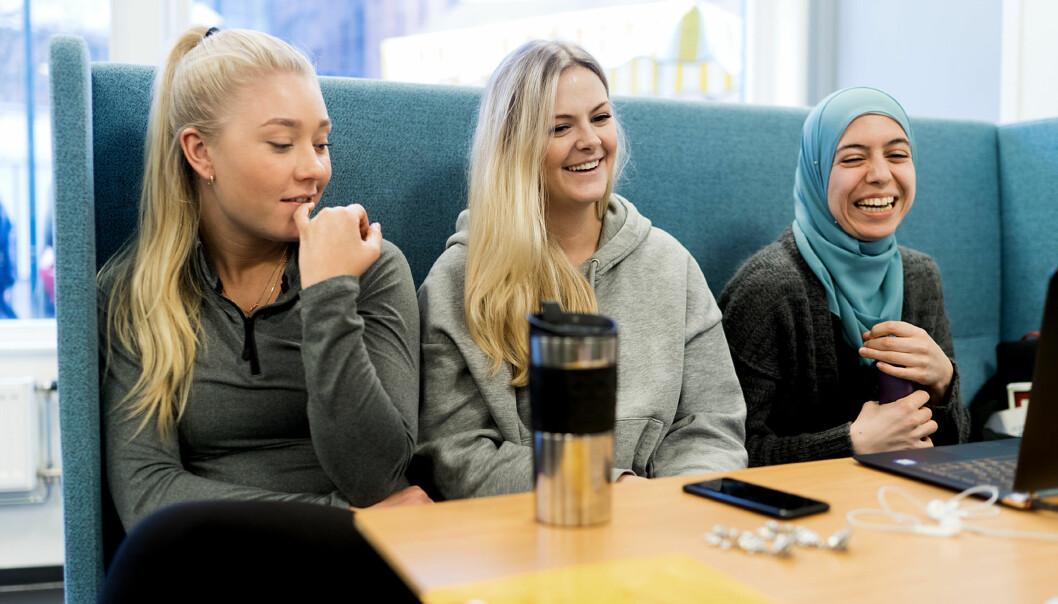 Førsteårsstudentene ved grunnskolelærerutdanninga 1-7 tror økt lønn kan bidra til at flere vil bli lærere. Fra venstre: Oda Åkvik (21), Marita Enger (24) og Shokan Ahmed(20).