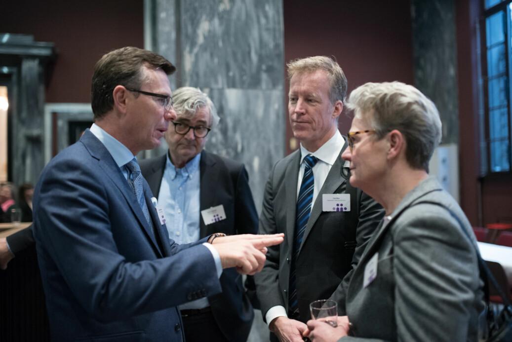 Rektor på UiB, Dag Rune Olsen (t.v.) og Curt Rice (i midten) ønsker felles satsing på Khrono. Her på Kontaktkonferansen 2017. Foto: Skjalg Bøhmer Vold