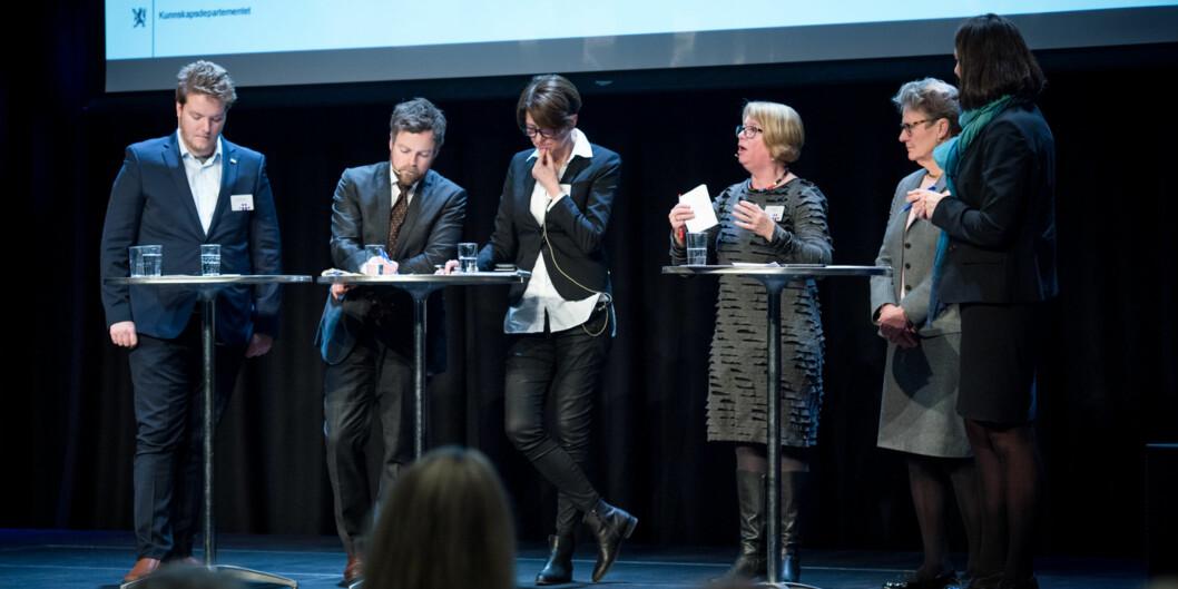 """Et av panelene som kom med tilbakemeldinger på smakebiter fra den kommende kvalitetsmeldingen: (f.v.) Amund Thomassen, <span class=""""caps"""">NSO</span>, statsråd Torbjørn Røe Isaksen, prorektor ved UiT, Wenche Jakobsen, prorektor <span class=""""caps"""">NTNU</span>, Berit Kjeldstad, statssekretær i det svenske utdannignsdepartementet, Karin Röding og debattleder Ann Kristin Hjukse fraKunnskapsdepartementet. Foto: Skjalg Bøhmer Vold"""